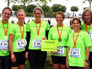 Dr. Christopher Weiß, Andrea Weiß, Sandra Staiger, Sabine Schumacher, Tina Rihm und Ingo Horst : die Marathon-Staffelläufer für alphabangla e.V.